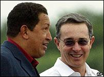 Hugo Chávez, presidente de Venezuela (izq.) y Álvaro Uribe, presidente de Colombia.