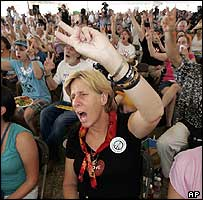 Cindy Sheehan and other campaigners make peace signs
