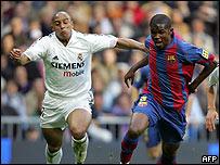El brasile�o Roberto Carlos y el camerun�s Samuel Eto'o en un juego Barcelona-Madrid.