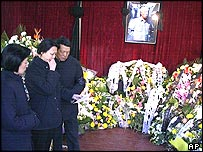 Wang Yannan, daughter of Zhao Ziyang, centre, talks to an unidentified man near another relative in the mourning hall, 19/01/2005