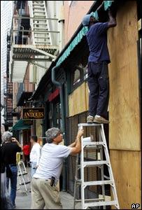 Residentes sellan las ventanas de sus casas.
