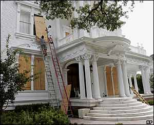 Residents board up properties in the French Quarter of New Orleans, 28 August 2005.