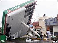 Estaci�n de gasolina en M�xico afectada por el hurac�n Emily en julio de 2005.