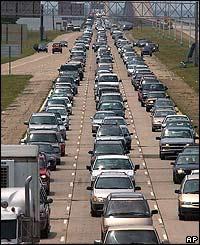Fila de carros evacuando