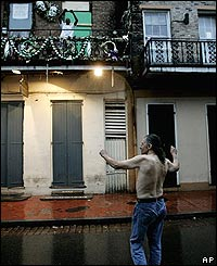 Hombre baila bajo la lluvia