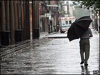 Un residente de Nueva Orleans camina por la zona del Barrio Franc�s.