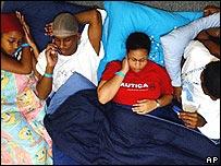 Una familia duerme en el piso