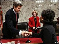 El senador John Kerry saluda de la mano a Condoleezza Rice en el Senado