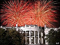 Fuegos artificiales sobre la Casa Blanca en la v�spera de la juramentaci�n de George W. Bush