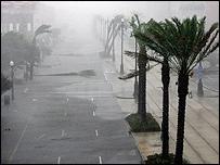 La fuerza del huracán golpea Canal Street, en Nueva Orleans