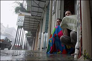 Dos j�venes en el Barrio Franc�s de Nueva Orleans se arriesgan a estar en la calle.