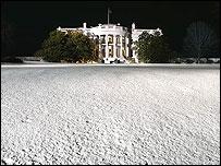 Casa Blanca con el jardín cubierto de nieve