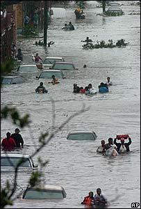Docenas de residentes se trasladan por las calles inundadas de Nueva Orleáns