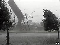 El techo de un establecimiento vuela por el aire durante el paso de Katrina en Kenner, Luisiana