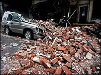 Un vehículo aplastado por ladrillos en  Nueva Orleáns
