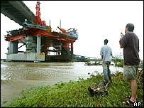 Oil rig trapped under a bridge in Mobile, Alabama