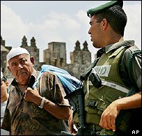 Palestinian man eyes Israeli border police officer