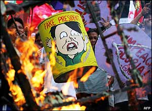 Protesters burn effigy of President Arroyo