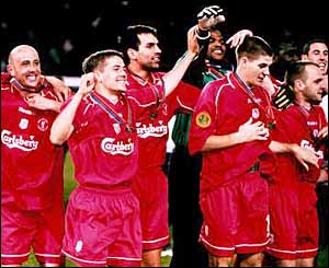 Michael Owen and the Liverpool team hold the UEFA Cup aloft in 2000/ 1