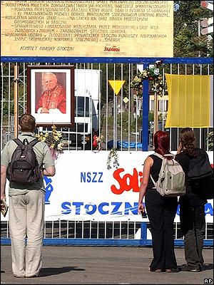 У ворот Гданьской судоверфи в годовщину