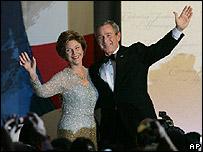 El presidente de EE.UU. George W Bush y la primera dama Laura Bush durante uno de los bailes de toma de posesi�n
