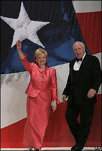 El vicepresidente de EE.UU., Dick Cheney, y su esposa, Lynne, llegan a uno de los bailes de la toma de posesi�n