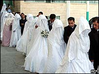 Couples at a mass wedding in Amman, Jordan, in August 2005