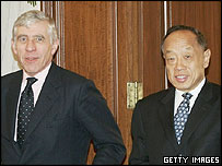 Chinese Foreign Minister Li Zhaoxing (R) meets with British Foreign Minister Jack Straw in Beijing, 21 Jan
