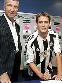 Michael Owen (right) with Magpies boss Graeme Souness