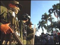 Fuerzas de seguridad custodian edificio municipal, Santa Cruz, Bolivia.
