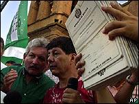 Rub�n Costas (izq.), presidente del Comit� C�vico de Santa Cruz, habla con colaboradores mientras otra persona muestra documentos con firmas que reclaman la autonom�a