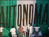 Manifestantes de Santa Cruz levantan una bandera que reclama autonom�a