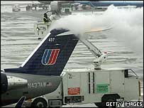De-icing of a United Express jet at O'Hare International Airport in Chicago on 20 January 2005
