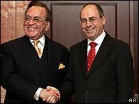 Pakistani Foreign Minister Khurshid Kasuri (l) and Israeli Foreign Minister Silvan Shalom