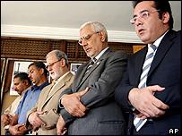 أيمن نور يصلي مع زعماء الاخوان المسلمين