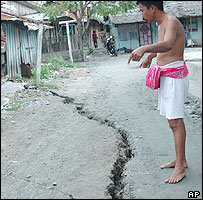 Man shows a crack after earthquake attacks Palu in Central Sulawesi, 24/01/05