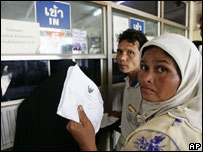 Thai Muslims queue for visas in southern Thailand, near the border with Malaysia, 2 sept