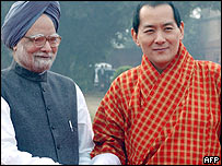 Indian Prime Minister Manmohan Singh (L) shakes hands with Bhutan's King Jigme Singye Wangchuck