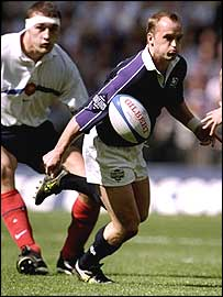 Gregor Townsend plays a pass to John Leslie against France in 1999
