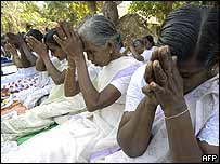 Sri Lankans offer tsunami prayers at Hikkaduwa, south of Colombo