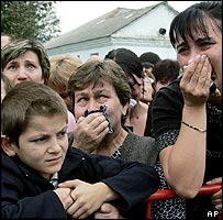 Crowd of mourners in Beslan