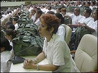 Médicos cubanos con sus mochilas (Foto Raquel Pérez)