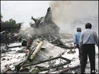 Api berkobar di puing-puing pesawat