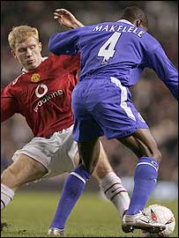 Paul Scholes (left) attempts to tackle Claude Makelele