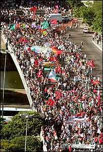 Miles de personas marchas en Porto Alegre en el primer día del Foro Social.
