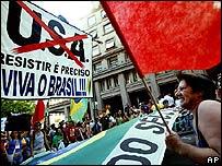 Activistas se manifiestan en Porto Alegre, Brasil