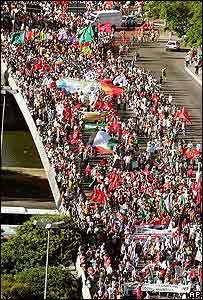 Miles de personas marchan antes de iniciar el Foro Social Mundial