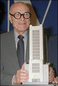 Philip Johnson displays a model of a proposed 17-story addition to New York's Museum of Broadcasting in 1988