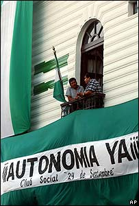 Dos personas hablan desde el balc�n de un edificio gubernamental en Santa Cruz