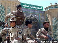 Iraqi troops outside the Imam Ali mosque in Najaf